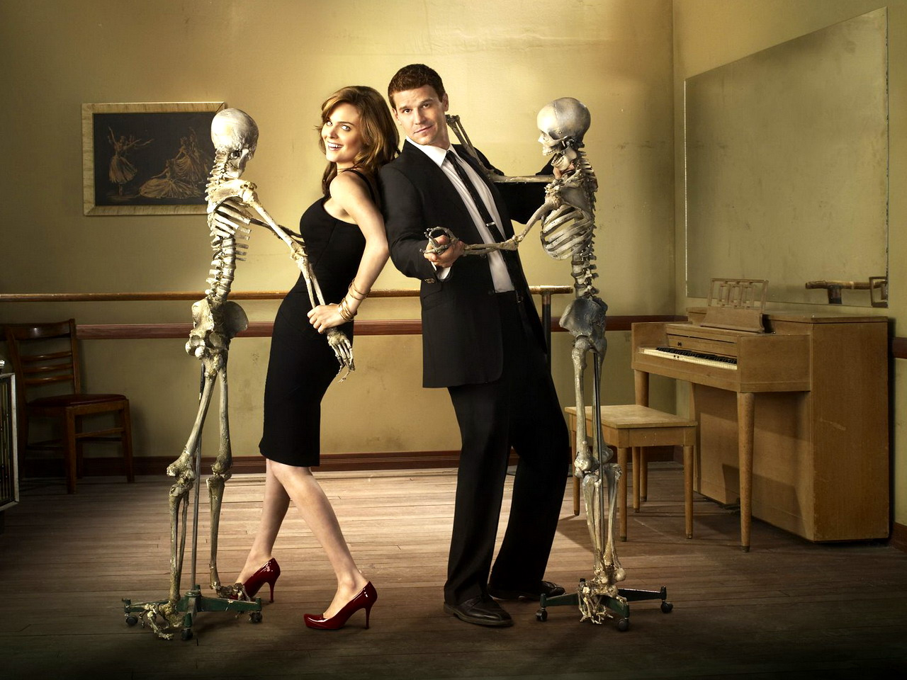 "BONES: Emily Deschanel as Dr. Temperance Brennan (L) and David Boreanaz as FBI Special Agent Seeley Booth (R). The fourth season of BONES premieres with a special two-hour episode ""Yanks in the U.K."" (parts 1 and 2) airing Wednesday, Sept. 3 (8:00-10:00 PM ET/PT) on FOX. ©2008 Fox Broadcasting Co Cr: Eric Ogden/FOX"